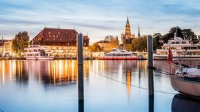 Konstanz: city ​​silhouette with the council of Constance and the Katamaran | © Dagmar Schwelle